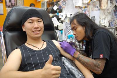 タトゥーを入れるナタク