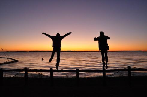 夕日に向かってジャンプ
